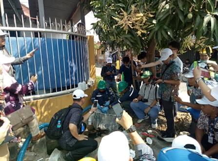 排水側でアクアピグを待ち受ける参加者